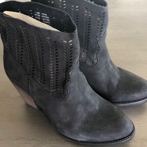 NWOB MUSSE & CLOUD STACKED HEEL SUEDE BOOTIES 7